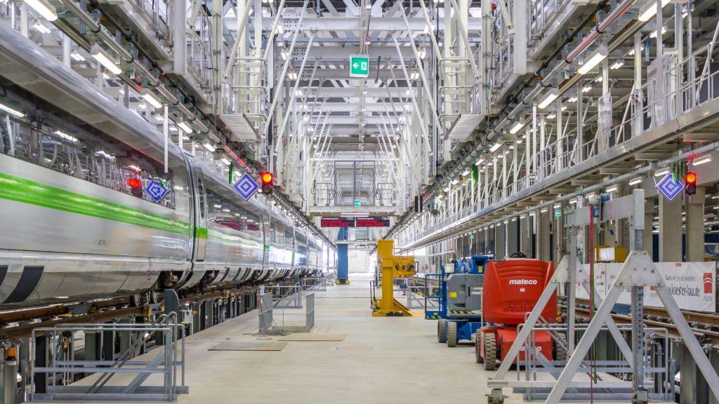 Werkhalle des ICE-Instandhaltungswerkes Köln-Nippes während der Eröffnung