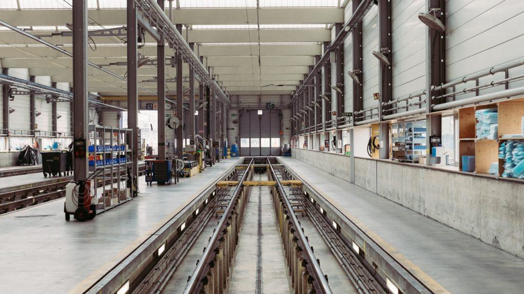 leere Instandsetzungshalle für Schienenfahrzeuge